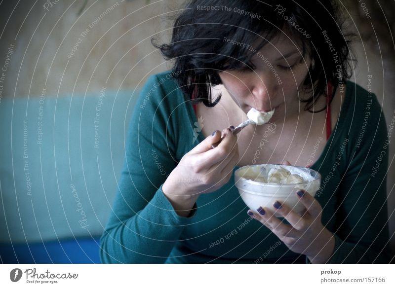 Lecker Mensch Frau schön Gesicht Ernährung Lebensmittel Essen Frucht Gastronomie Frühstück attraktiv Löffel Vegetarische Ernährung Besteck Milcherzeugnisse Quark