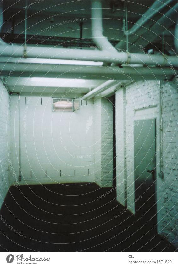 im keller Wohnung Haus Raum Keller Mauer Wand Tür Rohrleitung gruselig grün schwarz analog Farbfoto Innenaufnahme Menschenleer Textfreiraum unten Kunstlicht