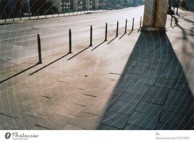 schief Sonnenlicht Schönes Wetter Stadt Verkehr Verkehrswege Straßenverkehr Wege & Pfade Poller analog Farbfoto Außenaufnahme Menschenleer Textfreiraum links