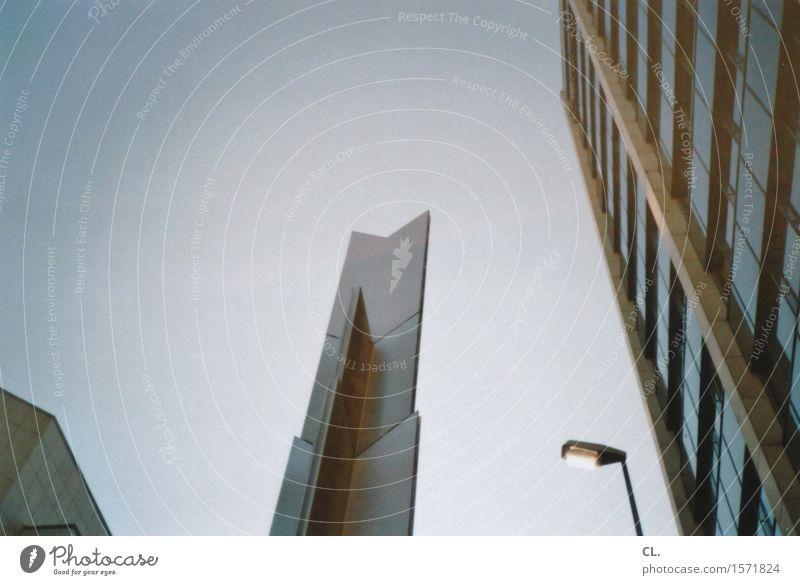 nach oben Himmel Wolkenloser Himmel Schönes Wetter Stadt Haus Hochhaus Bauwerk Gebäude Architektur Mauer Wand Fassade Laterne Straßenbeleuchtung eckig hoch blau