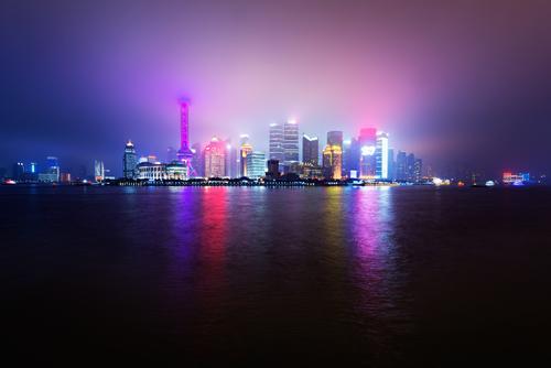 Urban Disco Küste Fluss Stadt Hafenstadt Skyline überbevölkert Hochhaus Party Lichtermeer Lichternebel Nebel Shanghai China Nachtaufnahme Reflexion & Spiegelung