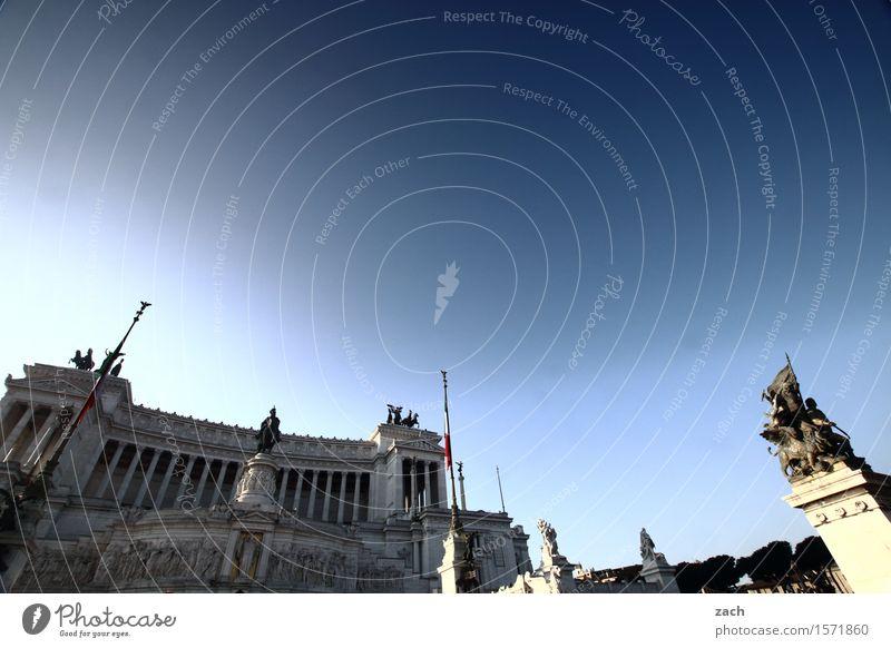 Blau machen | Der Himmel über Rom Schönes Wetter Italien Stadt Hauptstadt Stadtzentrum Altstadt Palast Platz Piazza Venezia Sehenswürdigkeit Wahrzeichen Denkmal