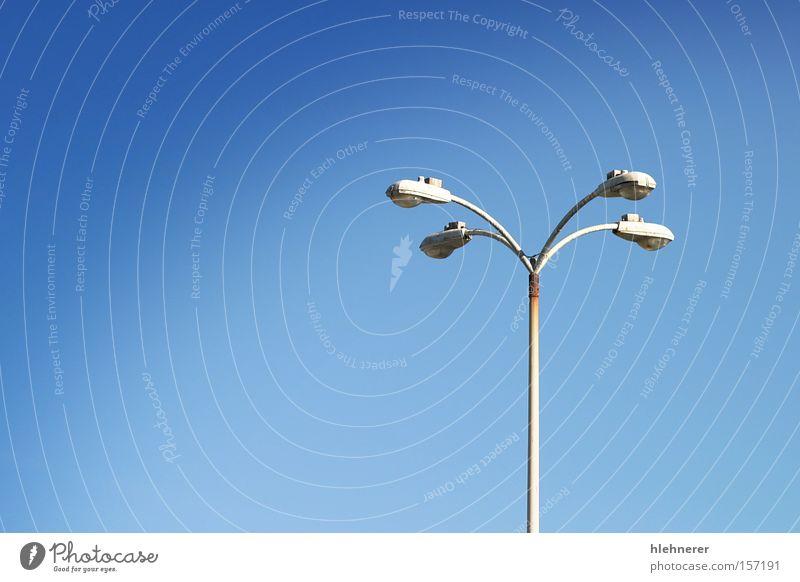 alt Himmel blau Straße Park hell Glas Elektrizität Dinge Parkplatz erleuchten Örtlichkeit Polen Lamm