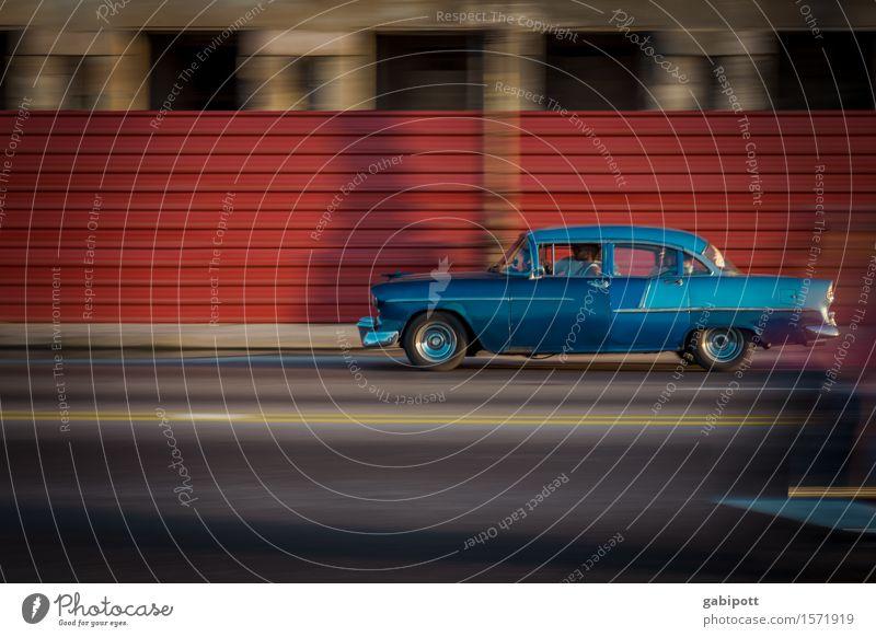 Havanna, Malecón Stadt blau rot Straße Fassade Tourismus PKW Verkehr Fröhlichkeit Perspektive Energie retro Lebensfreude Kultur Wandel & Veränderung