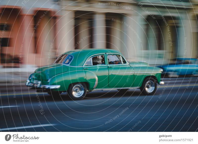 cuban cars Havanna El Malecón Kuba Hauptstadt Hafenstadt Stadtzentrum Altstadt Verkehr Verkehrsmittel Verkehrswege Straßenverkehr Autofahren Wege & Pfade grün