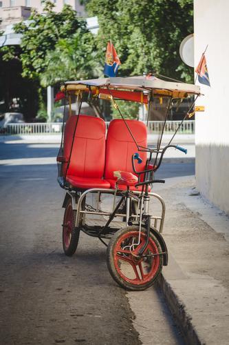 taxi cubano II Ferien & Urlaub & Reisen Stadt rot Straße Bewegung Zeit Tourismus Verkehr Fahrrad retro warten Geschwindigkeit Vergänglichkeit historisch