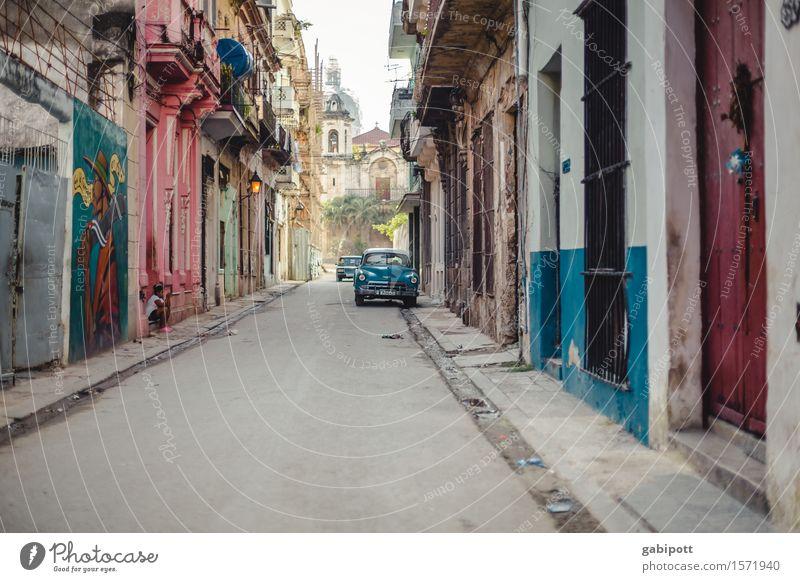 Cuba Havanna Kuba Hauptstadt Stadtzentrum Altstadt Haus Fassade Verkehrsmittel Verkehrswege Straße Wege & Pfade PKW Oldtimer alt außergewöhnlich Freundlichkeit