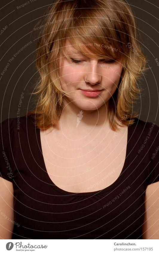 schüchtern? Frau schwarz lachen grau blond Erwachsene süß Porträt T-Shirt Schüchternheit strubbelig