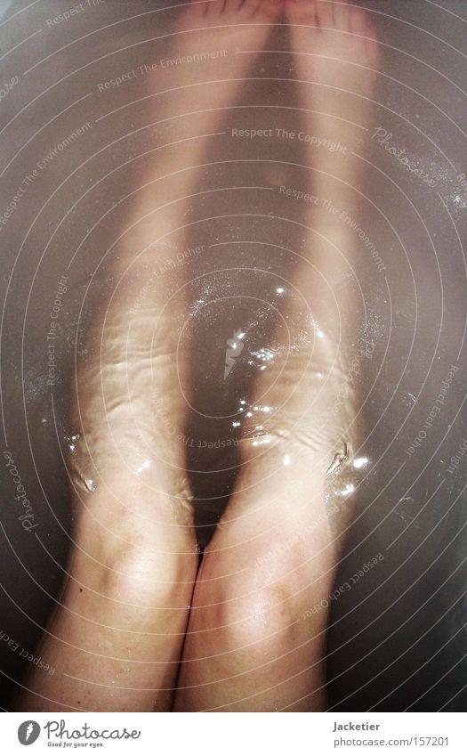 Unter Wasser. Beine Wellen Bad Badewanne Knie Wasserspiegelung