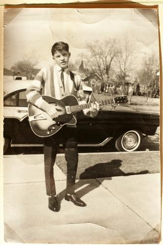 Just Rock'n'Roll, Baby Spielen Musik maskulin Junger Mann Jugendliche 1 Mensch Konzert Sänger Musiker Gitarre USA Kleinstadt PKW Coolness retro Klischee Freude