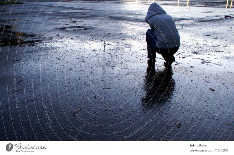 Kälte (I) Mensch 1 Wassertropfen schlechtes Wetter Unwetter Regen Gewitter Pullover Kapuze Kapuzenpullover frieren knien kalt nass Sorge Liebeskummer Müdigkeit