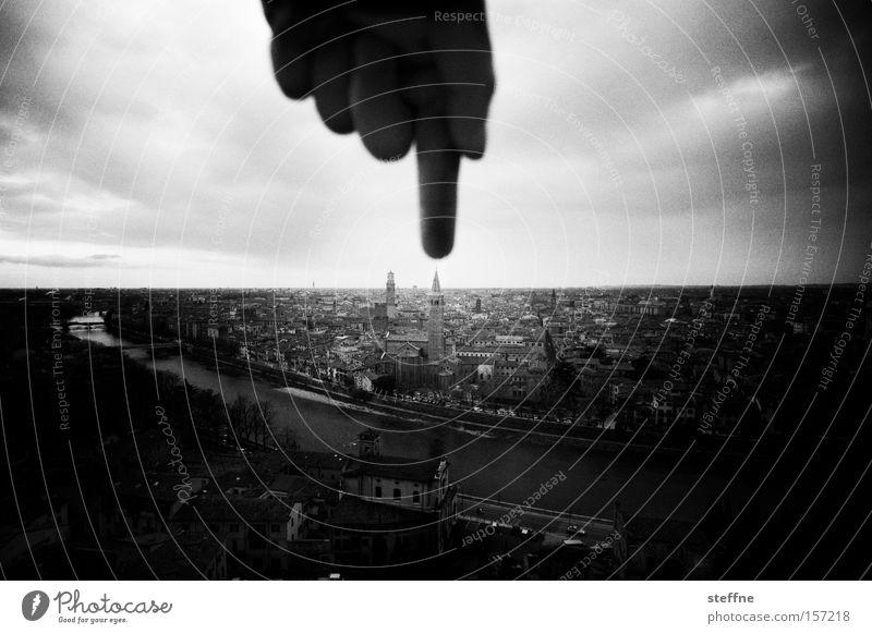 Die Hand Gottes Italien Verona Finger Zeigefinger Tourist Altstadt Mitte zeigen bedrohlich Gotteshäuser Schwarzweißfoto Guide