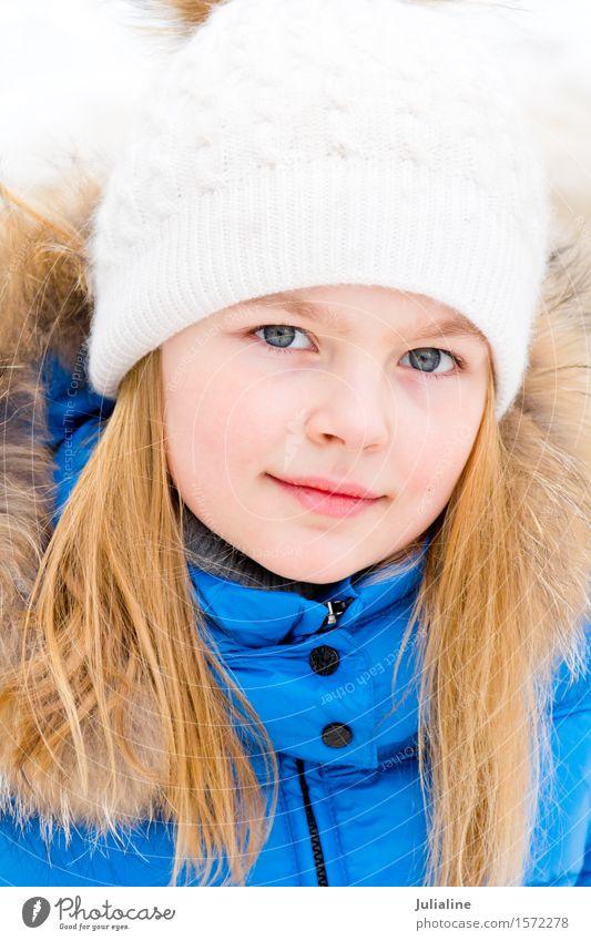 Nettes Mädchen mit blauen Augen im weißen Hut Kind Winter Herbst Aktion blond Kindheit 8-13 Jahre Europäer Ausdruck 7 Kaukasier