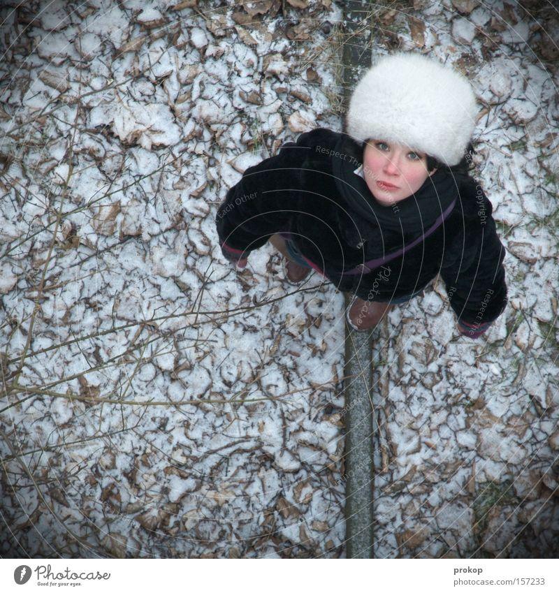 Überblicklich Frau Natur Blatt Einsamkeit Winter Schnee oben klein gehen Trauer Vogelperspektive Verzweiflung hilflos verirrt Mütze Porträt