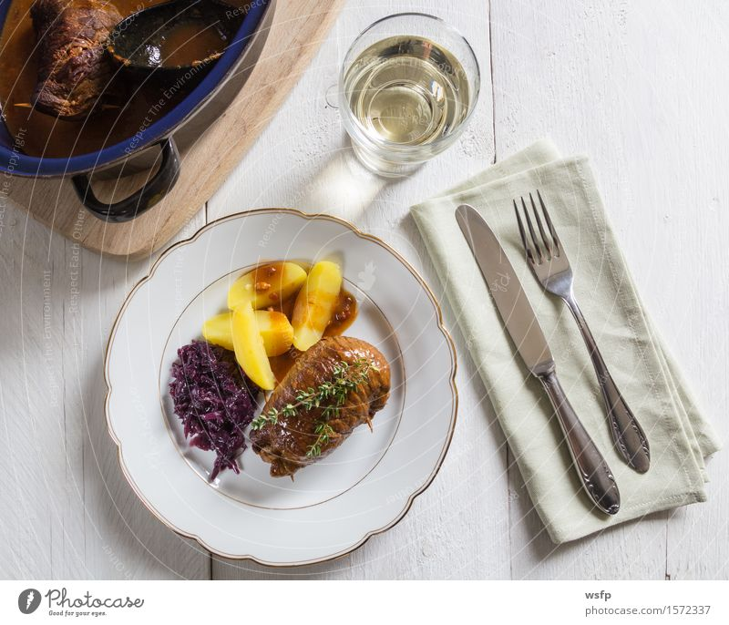 Rouladen vom Rind mit Kartoffeln und Rotkohl Fleisch authentisch Rinderroulade Rindsroulade Salzkartoffeln Thymian Saucen Rindfleisch Hauptgericht