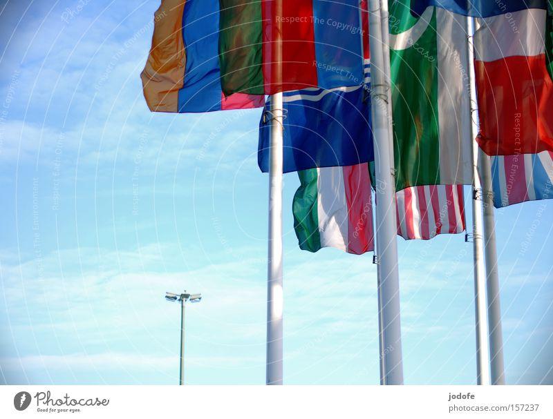 the international laterne Fahne Laterne Himmel Fahnenmast Amerika Länder Australien + Ozeanien Erde Wolken Gesellschaft (Soziologie) multikulturell Luftverkehr