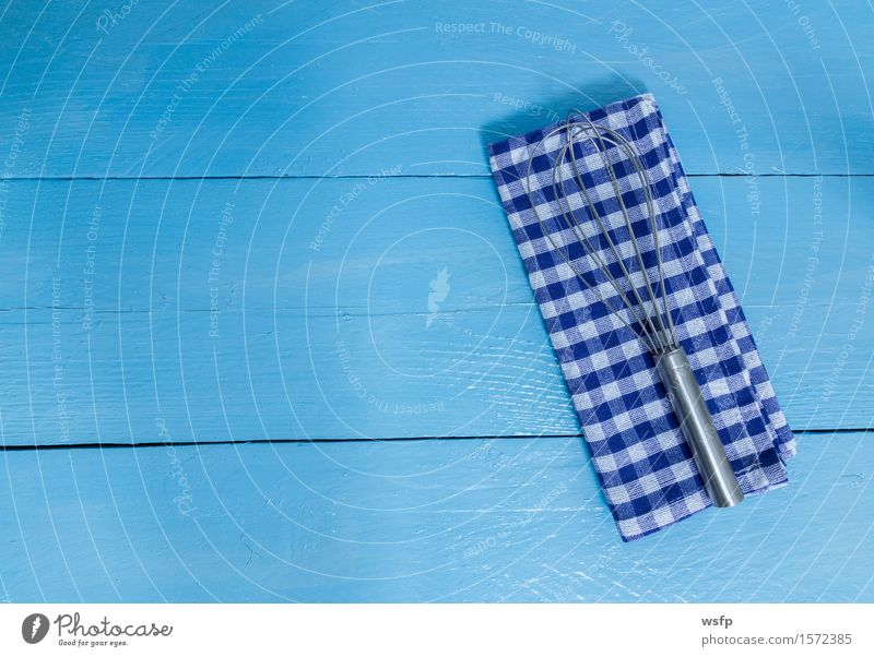 Schneebesen und Geschirrtuch auf blauem Holzhintergrund Küche Restaurant Gastronomie alt weiß Rührbesen Küchenhandtücher Kochtuch Holzbrett Holztisch Holzschild