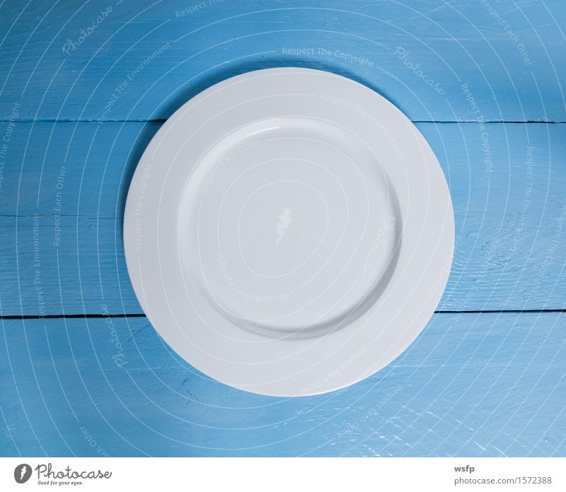 Leerer Teller auf blauem Holzhintergrund Restaurant Gastronomie weiß Speisekarte Menuekarte Karte Gasthof Einladung rustikal Schild Tafel Textfreiraum Essen