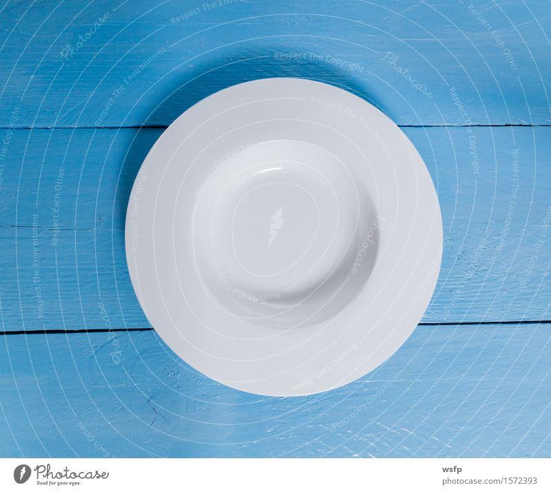Leerer tiefer Teller auf blauem Holzhintergrund Restaurant Gastronomie weiß Speisekarte Menuekarte Karte Gasthof Einladung rustikal Schild Tafel Textfreiraum