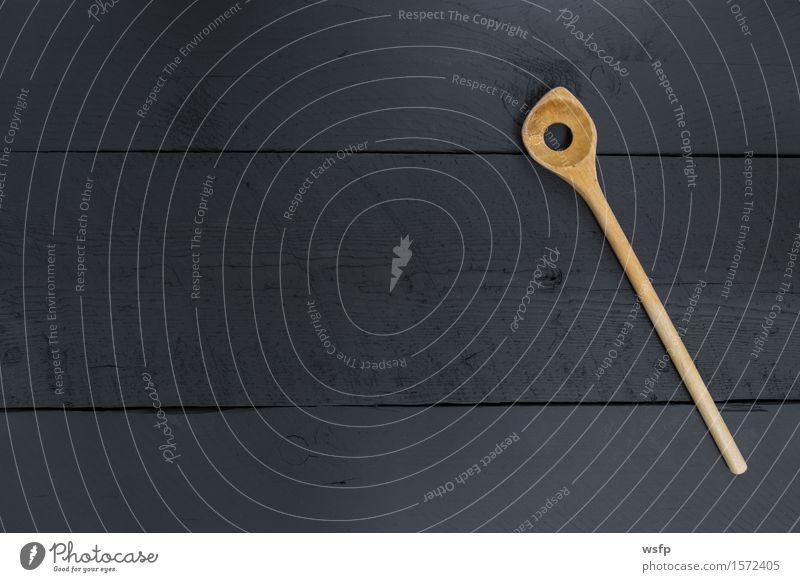 kochl ffel auf schwarzem holz als hintergrund ein lizenzfreies stock foto von photocase. Black Bedroom Furniture Sets. Home Design Ideas