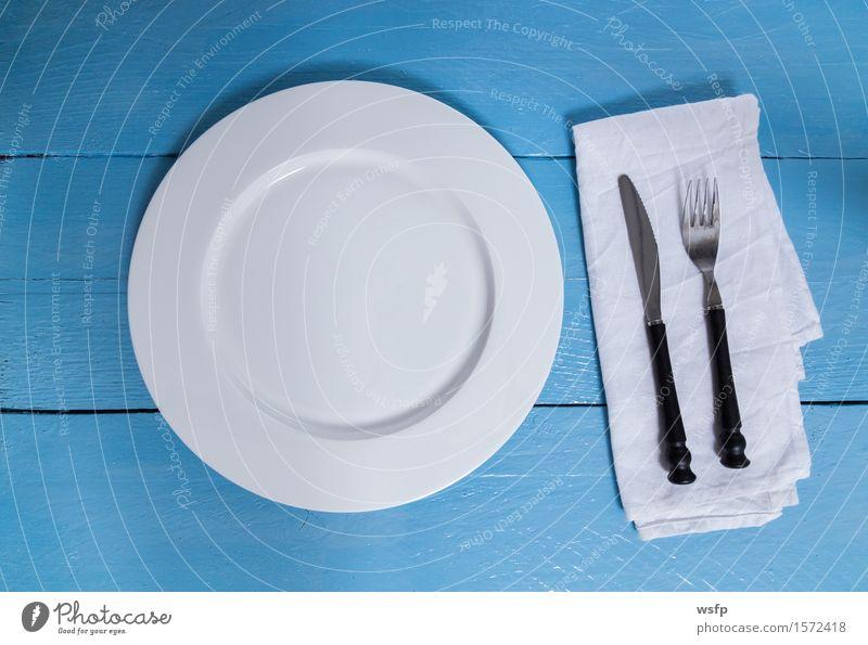 Besteck und Teller auf blauem Holzhintergrund Gabel Küche Restaurant Gastronomie alt weiß Leer Serviette Messer Holzbrett Holztisch Holzschild Brett Bretter