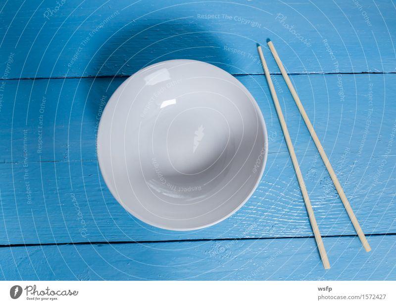 Schale mit Stäbchen auf blauem Holz in Vogelperspektive Schalen & Schüsseln Restaurant Gastronomie alt weiß Essstäbchen Leer Holzbrett Holztisch Holzschild
