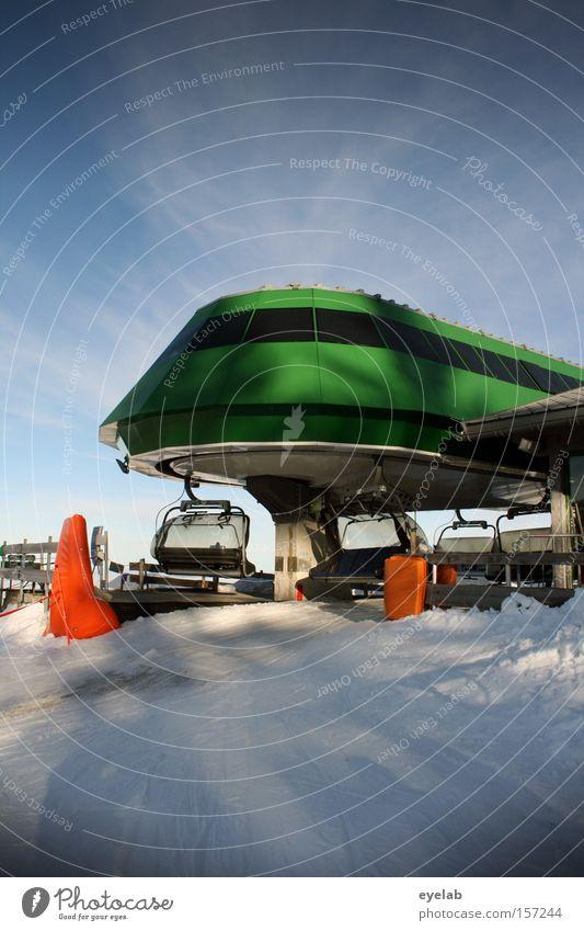 Gelandet Himmel Wolken Gebäude Haus Skilift UFO Außerirdischer grün Fenster rund Wölbung Schatten Elektrisches Gerät Technik & Technologie Wintersport