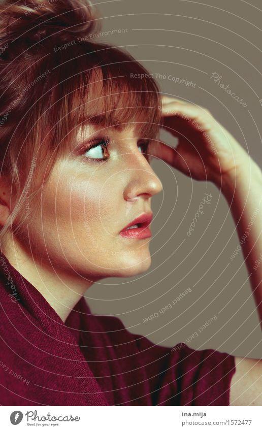 Profil einer jungen Frau mit Stirnfransen und Dutt Stil schön Haare & Frisuren Haut Schminke Mensch feminin Junge Frau Jugendliche Erwachsene Leben Gesicht 1