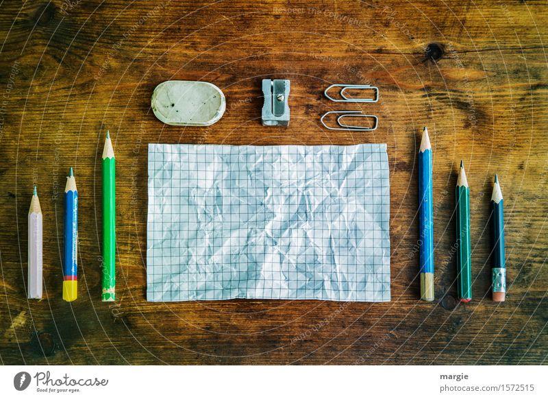 Zettel und Stifte, Radiergummi, Spitzer und Büroklammern auf einem alten Holztisch Bildung Schule lernen Berufsausbildung Arbeit & Erwerbstätigkeit Büroarbeit