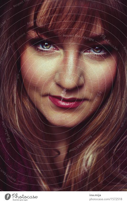 weibliches lächelndes Gesicht mit Stirnfransen Lifestyle elegant Stil schön Körperpflege Haare & Frisuren Haut Kosmetik Schminke Wimperntusche Mensch feminin