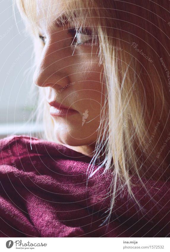überlegen Mensch feminin Junge Frau Jugendliche Erwachsene Gesicht Nase 1 18-30 Jahre 30-45 Jahre Schal Haare & Frisuren blond kurzhaarig langhaarig Pony Denken