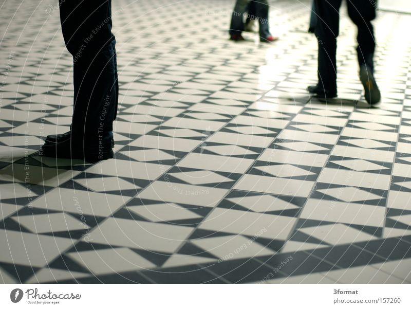 Wartehalle Mensch Beine warten stehen Boden Bodenbelag Fliesen u. Kacheln Raster Mosaik