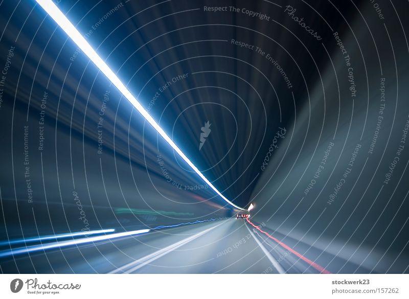 wie auf lichtschienen Licht Tunnel KFZ Fahrzeug Geschwindigkeit Lichtgeschwindigkeit Rücklicht Langzeitbelichtung unterirdisch PKW