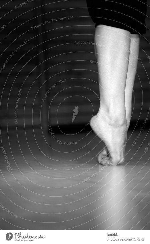 Autsch! Fuß Tanzen Beine Bodenbelag Frau Schwarzweißfoto Balletttänzer Frauenbein Unterschenkel Frauenfuß Barfuß Zehenspitze stehen Vor dunklem Hintergrund