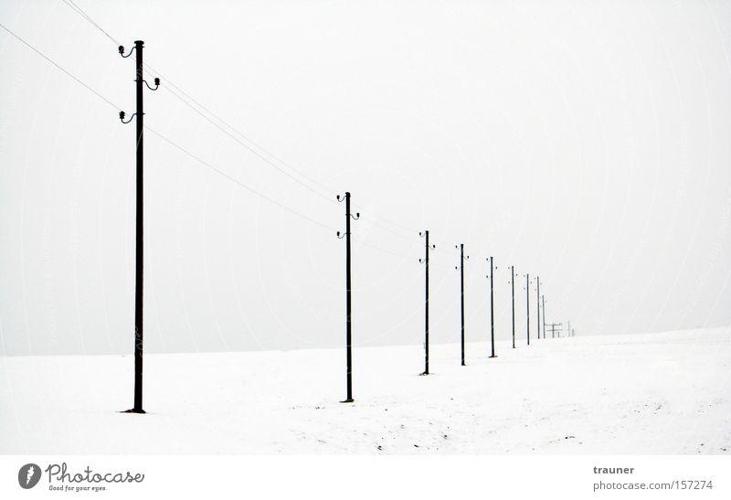 Lost in nowhere Schwarzweißfoto Außenaufnahme Menschenleer Dämmerung Kontrast Winter Schnee Kabel Unterhaltungselektronik Telekommunikation Energiewirtschaft