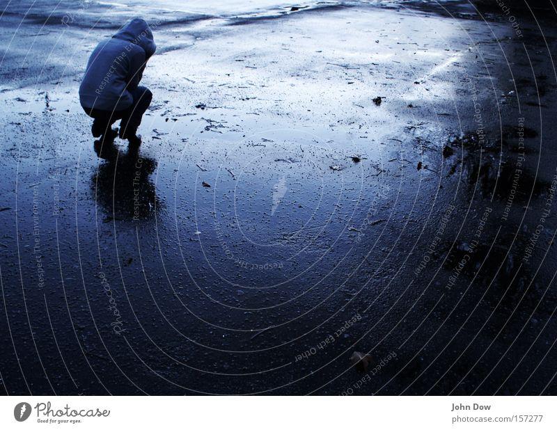 Kälte (II) Wassertropfen Unwetter Regen frieren knien dunkel kalt nass Wut blau Sorge Trauer Liebeskummer Einsamkeit Angst Verzweiflung Ärger Kapuze Pfütze