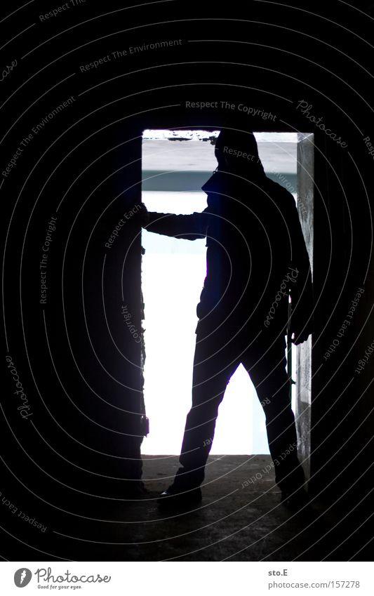 begegnungen Mensch Tür Durchgang Tor verfallen schäbig dreckig Silhouette schwarz weiß dunkel Aussicht Blick beobachten Angst Panik Einsamkeit