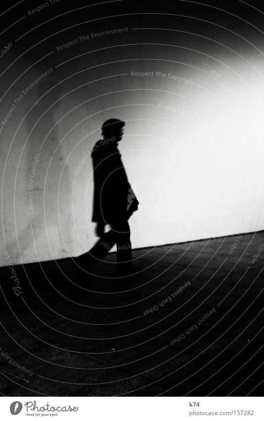 en passent gehen Fußgänger Mensch Schatten Silhouette Schwarzweißfoto Mann aufwärts Gang laufen
