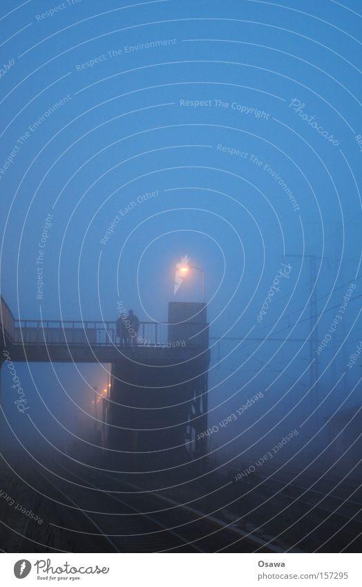 Karlshorst 5 Mensch blau Winter kalt Paar Nebel paarweise Brücke Reisefotografie Geländer Gleise Laterne Treppengeländer Bahnhof Brückengeländer