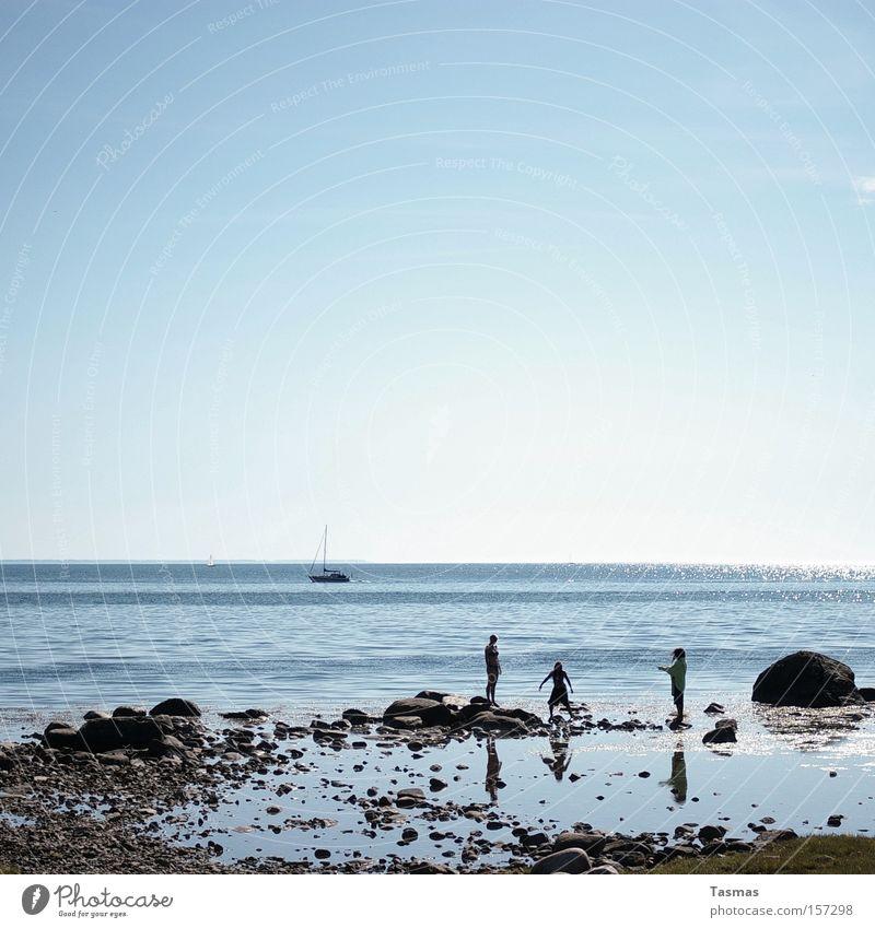 Sommerfoto Meer Strand Freude Ferne Spielen Küste Stein Stimmung Horizont Elektrizität Segeln Schweden hüpfen Interrail