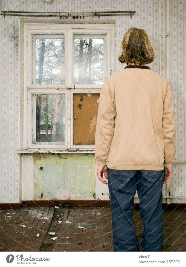 Die Melancholie des Augenblicks Mann ruhig Fenster Raum Wohnung stehen Körperhaltung Tapete verfallen Verfall Wohnzimmer Gardine ernst Örtlichkeit