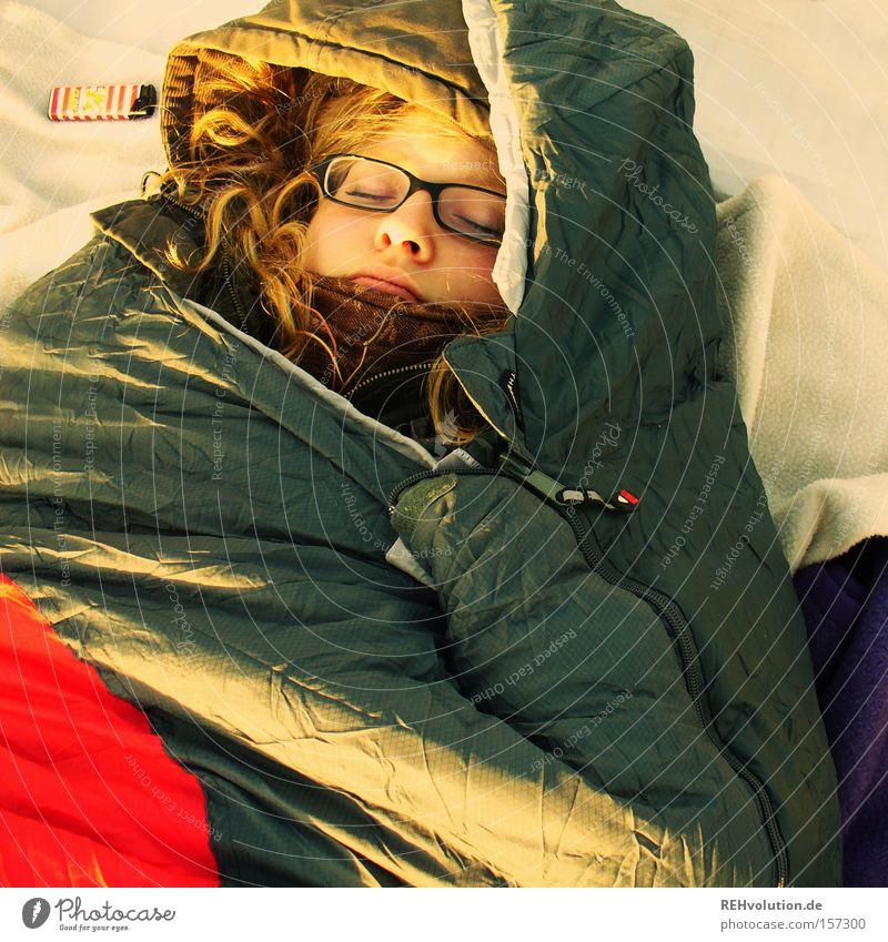 Frau schläft im Schlafsack schlafen Erholung kalt ruhig Mensch verpackt Frieden Vertrauen Camping liegen friedlich Außenaufnahme Brille Outdoor entspannen