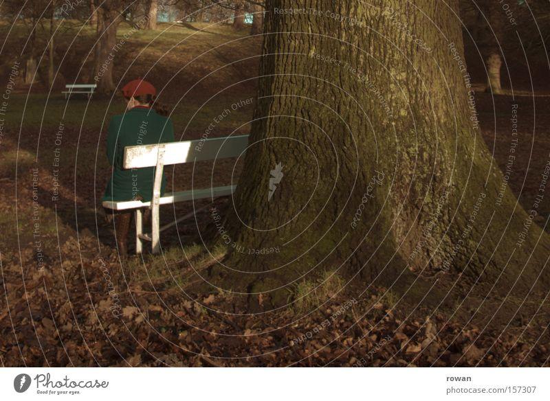 moment der ruhe Park Parkbank sitzen Frau Denken ruhig Erholung Pause Baum Herbst kalt Trauer Einsamkeit Garten Traurigkeit