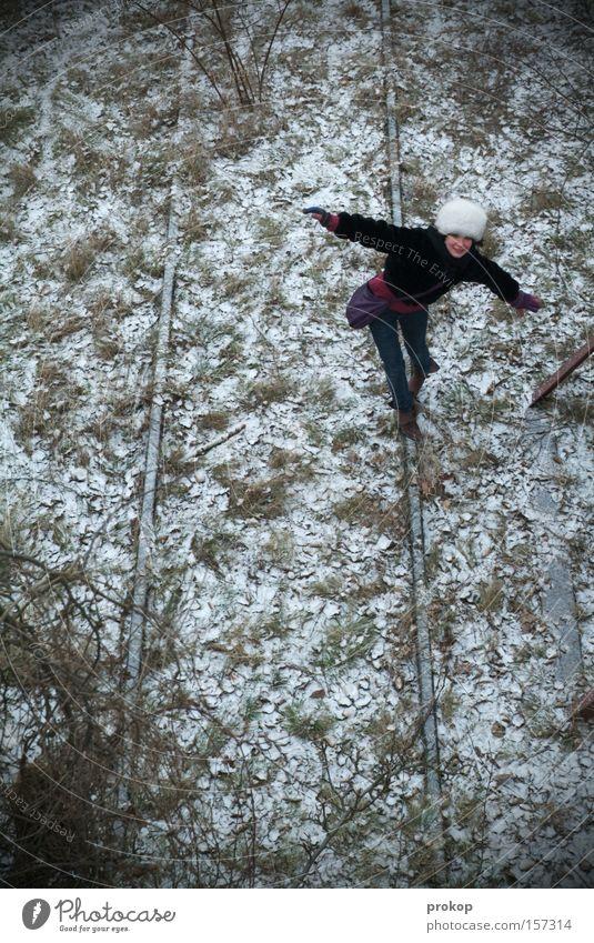 Flipside Boardslide Frau schön Winter Freude Blatt Wiese kalt Schnee Gras Zufriedenheit Frost Gleise attraktiv Akrobatik Pelzmütze