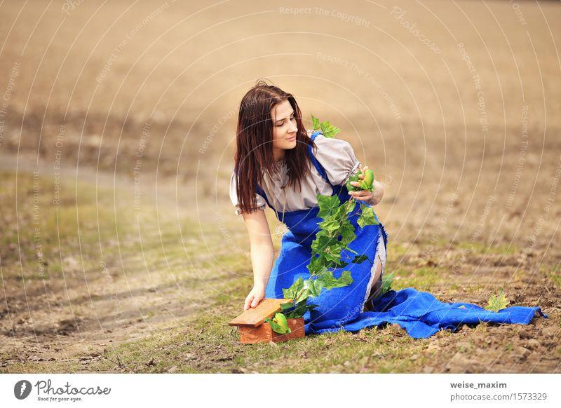 Landschaftslandschaft der jungen Frau im Frühjahr Mensch Natur Jugendliche blau grün schön Sommer Junge Frau weiß Blatt Freude 18-30 Jahre Gesicht Erwachsene