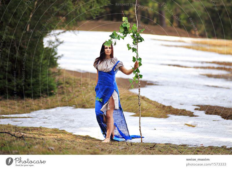 Landschaftslandschaft der jungen Frau im Frühjahr Lifestyle Freude Glück schön Gesicht Wellness Schnee Mensch Junger Mann Jugendliche Erwachsene 1 18-30 Jahre