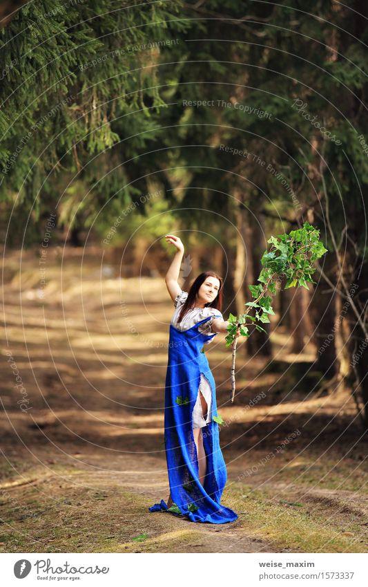 Landschaftslandschaft der jungen Frau im Frühjahr Mensch Natur Jugendliche blau grün schön Sommer Junge Frau weiß Baum Blatt Freude 18-30 Jahre Wald Gesicht