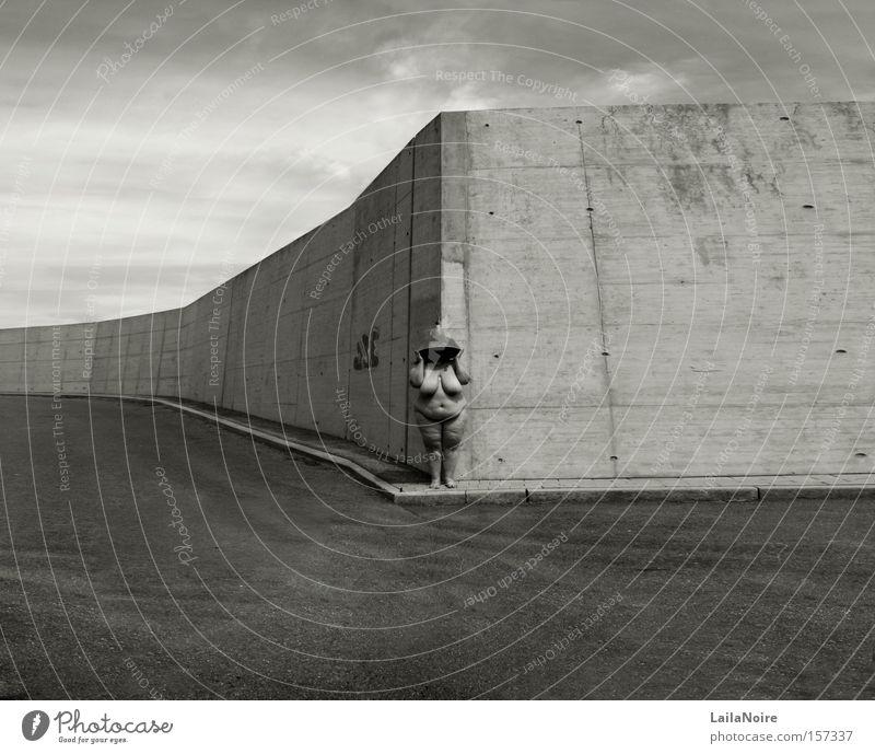 Weite Frau Himmel Ferne Graffiti grau Mauer Lampe Platz verfallen Schwarzweißfoto