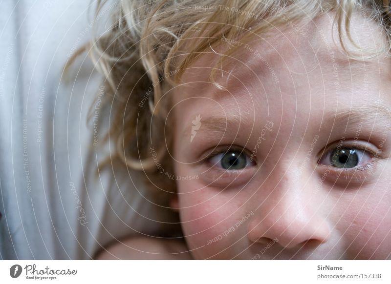 64 [lachende augen] Freude schön Kind Junge Auge toben schlagen Aufregung Augenschminke Clown lachende Augen lachendes Auge Kissenschlacht Schielen