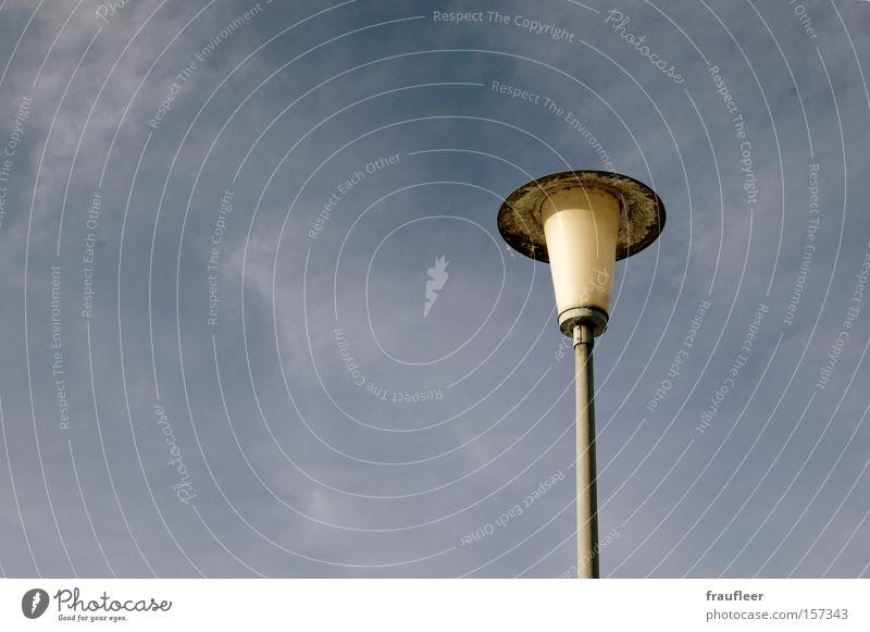 Laterne Laterne Sonne Mond und Sterne Lampe hell alt Straßenbeleuchtung Beleuchtung Himmel Wolken Licht Elektrizität frei Außenaufnahme Elektrisches Gerät